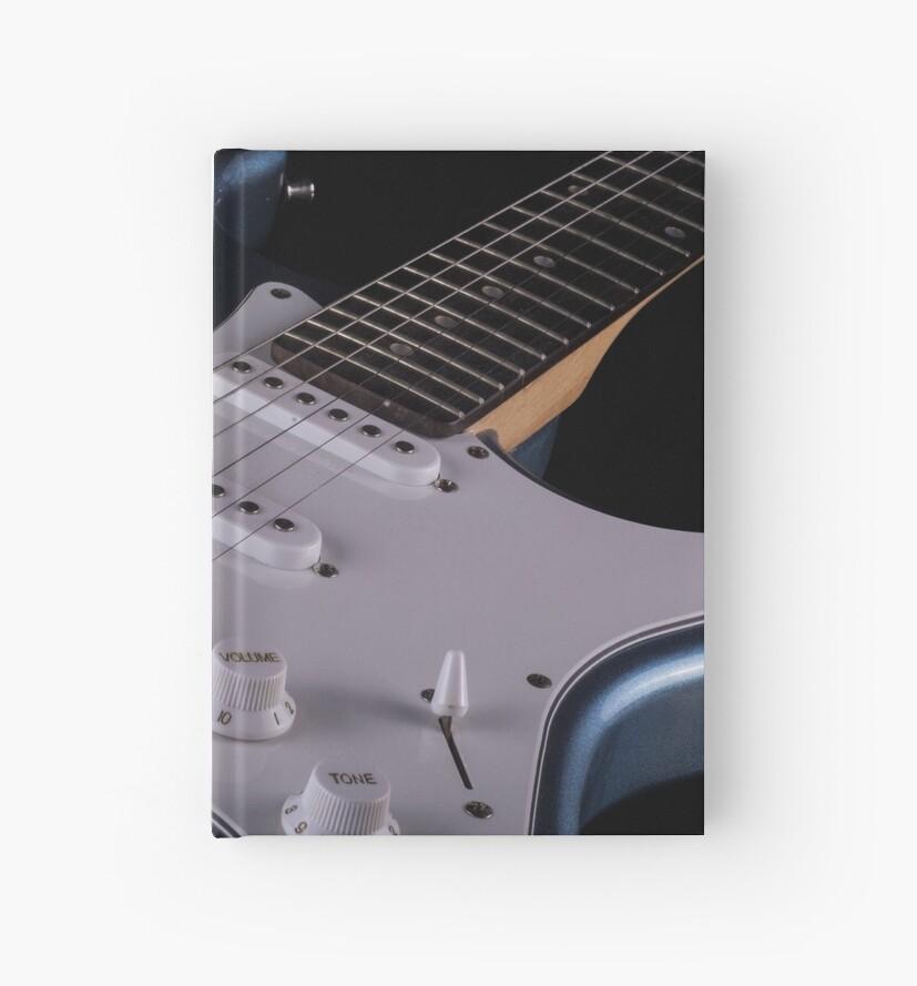 «Guitarra eléctrica en el fondo de madera, de cerca» de tartaruga1988