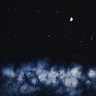Contrail-Mond auf einem nächtlichen Himmel von Victoria Avvacumova
