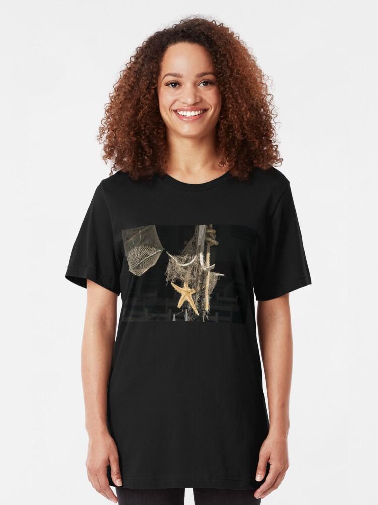 Alternative Ansicht von Sonnenbeschiene Seeanzeige in einem Meeresfrüchte-Restaurant-Fenster Slim Fit T-Shirt