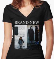 Camiseta entallada de cuello en V Nuevo: el diablo y Dios están enloqueciendo dentro de mí