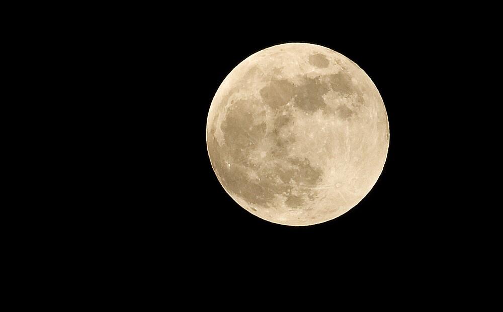 Full Moon Setting by Charlie  Durán