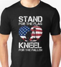 Steh für die Fahne, knie für die Gefallenen! Slim Fit T-Shirt