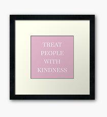 Behandle Menschen mit Freundlichkeit (pink) Gerahmtes Wandbild