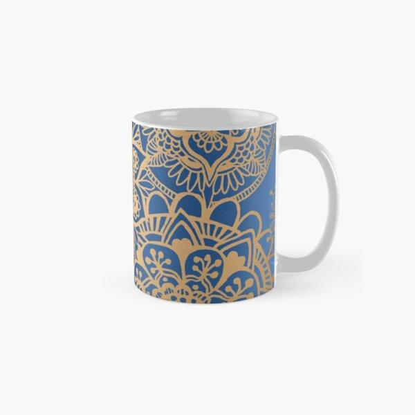 Patrón de mandala azul y oro Taza clásica