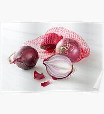 Schalotten im Netz auf weißem Holztisch Poster