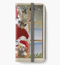 Vinilo o funda para iPhone Santa sostiene al gatito mientras Rudolf mira por encima de su hombro