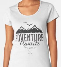 ADVENTURE AWAITS Premium Rundhals-Shirt