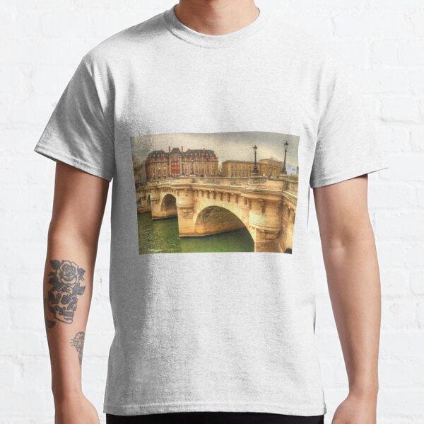 Pont Neuf & a beautiful Paris building Classic T-Shirt