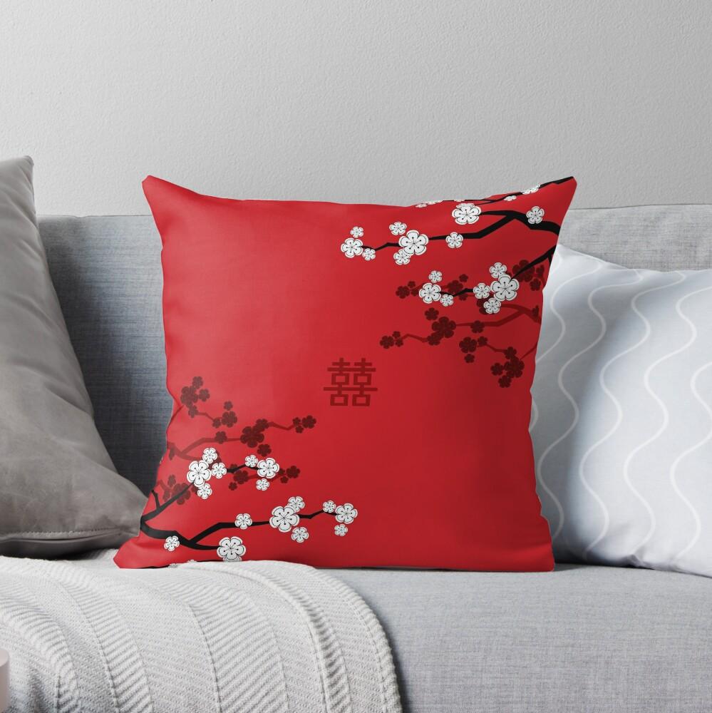 Weiße orientalische Kirschblüten auf rotem und chinesischem Hochzeits-doppeltem Glück | Japanische Sakura Dekokissen