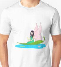 Fee schwimmt auf einem Blatt im Teich T-Shirt
