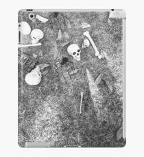 Halloween - Skulls on the ground iPad Case/Skin