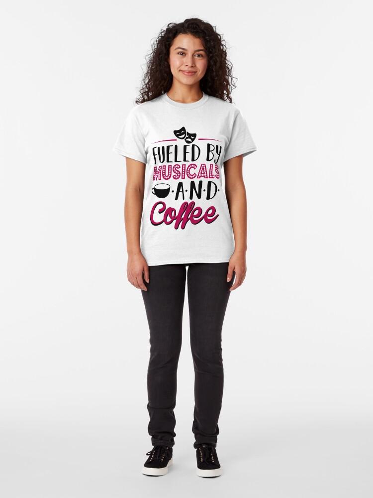 Vista alternativa de Camiseta clásica Impulsado por musicales y café