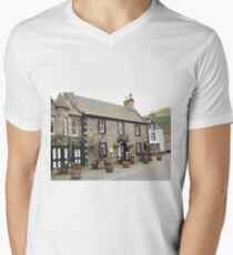 Mrs Baird's Guesthouses ( the Covenanter Hotel, Falkland ), Outlander film location Men's V-Neck T-Shirt
