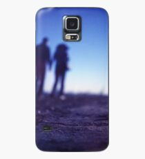 Romantic couple walking holding hands on beach in blue Medium format color negative film photo Case/Skin for Samsung Galaxy