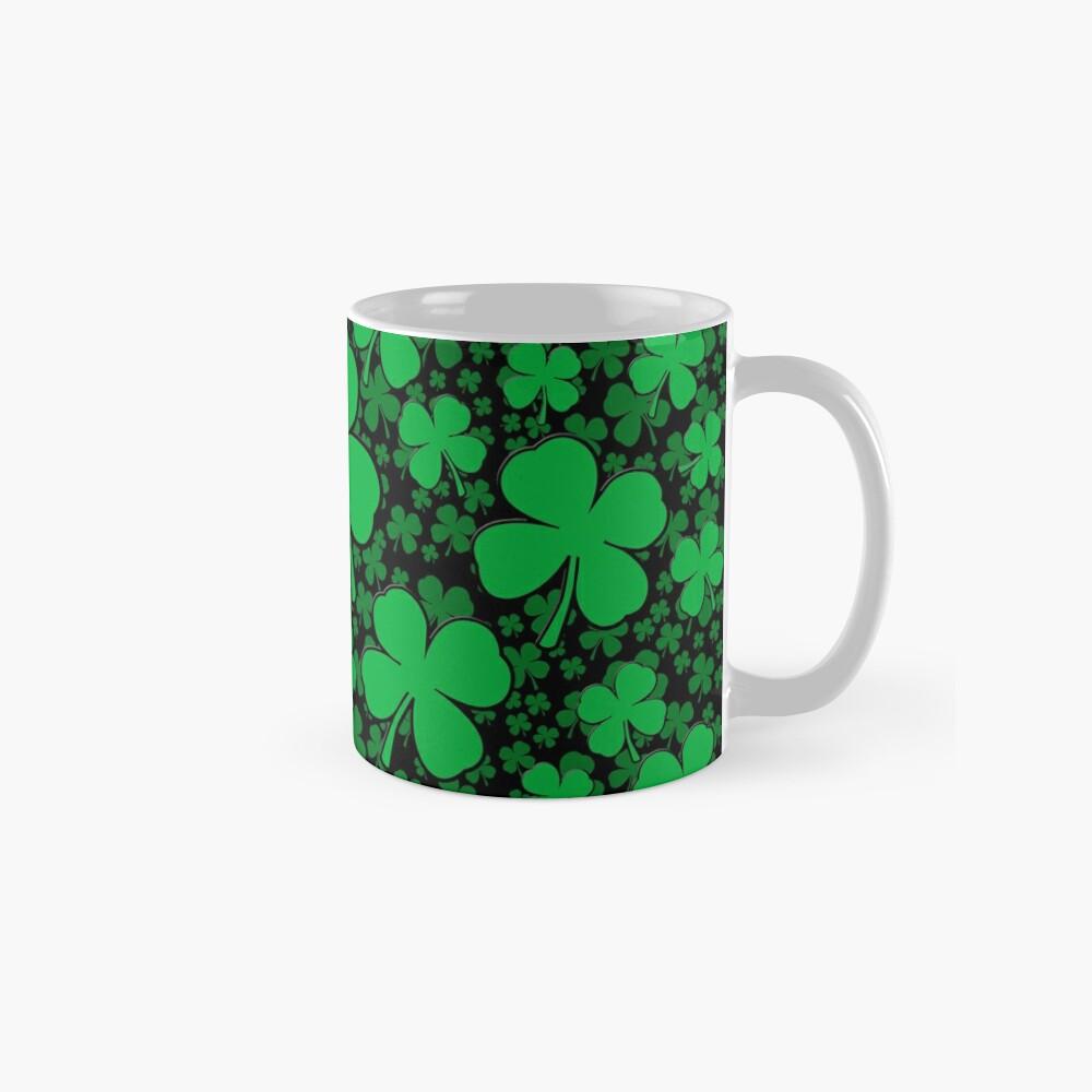 Ein Shamrock-Feld für St Patrick Tag Tassen