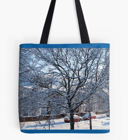 Eine Winterstraßenszene Tote Bag