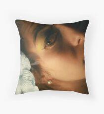 parece latina, verdad? Throw Pillow