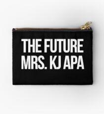 Die zukünftige Frau KJ Apa--- Weiß Studio Clutch