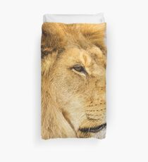 Big lion looking far away Duvet Cover