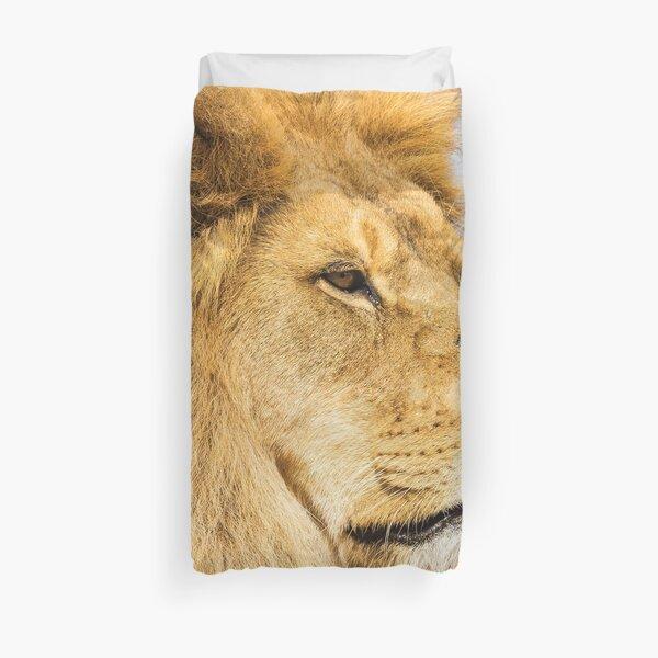 Big lion looking far away Duvet Cover
