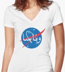"Camiseta entallada de cuello en V Logotipo de ""Wanasa"" en árabe"