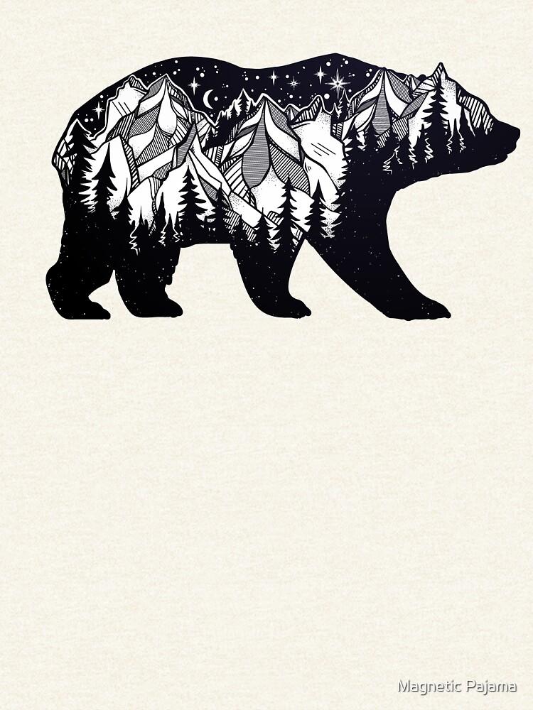 Wanderlust California oso silueta con montañas paisaje, árboles, luna y estrellas de MagneticMama
