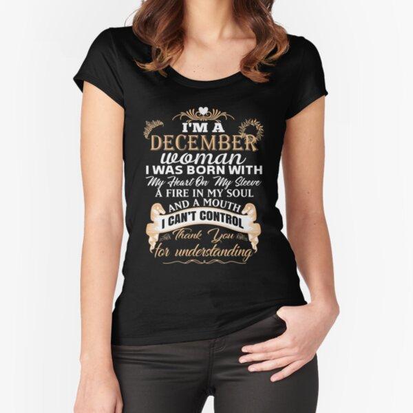 Soy una mujer de diciembre T-shirt Camiseta entallada de cuello ancho