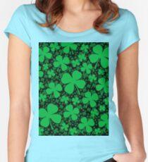 Ein Shamrock-Feld für St Patrick Tag Tailliertes Rundhals-Shirt