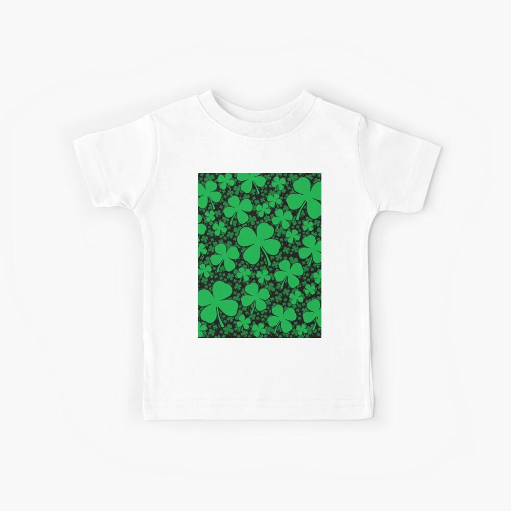 Ein Shamrock-Feld für St Patrick Tag Kinder T-Shirt