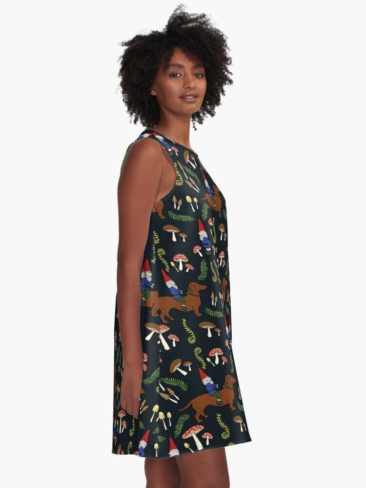 Alternative Ansicht von Gnom und Dackel im Pilz-Wald, schwarzer Hintergrund A-Linien Kleid