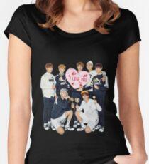 Camiseta entallada de cuello ancho BTS - TE AMO (todos los miembros)