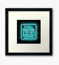 Willkommen im Trap House - Hellblaue Neon 247 - den ganzen Tag / die ganze Nacht Gerahmtes Wandbild