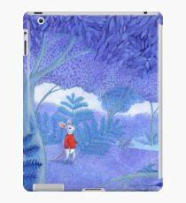 petite souris dans une forêt bleue mystérieuse Coque et skin iPad