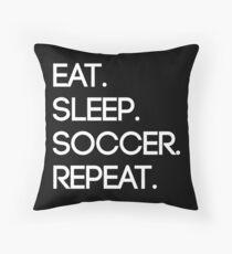 Essen. Schlaf. Fußball. Wiederholen Dekokissen
