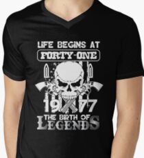 Life begins at forty one 1977 The birth of legends Men's V-Neck T-Shirt
