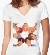 Camiseta entallada de cuello en V OT7 Love Yourself | Me amo