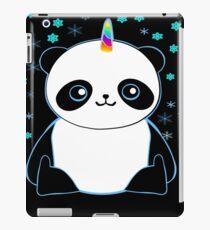 Nettes Pandacorn im Schnee iPad-Hülle & Klebefolie