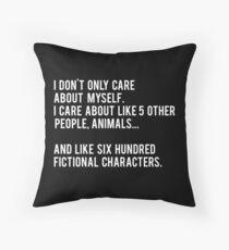 Cojín No sólo me preocupo por mí mismo. Me importan como 5 otras personas, animales y como seiscientos personajes de ficción - Negro