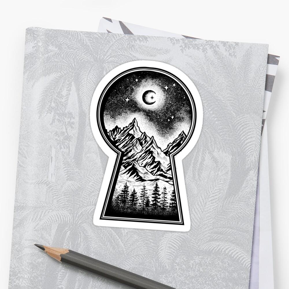 Ojo de la cerradura que revela las montañas nevadas, la luna y las estrellas Pegatina