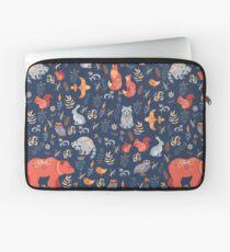 Märchenwald. Fox, Bär, Waschbär, Eulen, Hasen, Blumen und Kräuter auf blauem Grund. Laptoptasche
