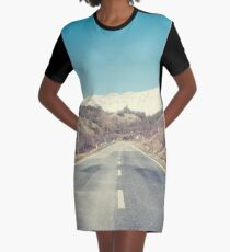 Straße mit Berg T-Shirt Kleid