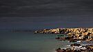 « Dark sky, dark sea, bright rocks » par Aurelien CURTET