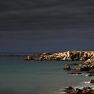 « Dark sky, dark sea, bright rocks » par Aurelien CURTET