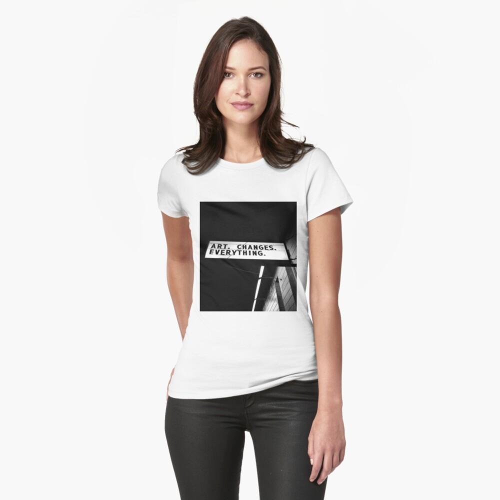 KUNST VERÄNDERT ALLES Tailliertes T-Shirt