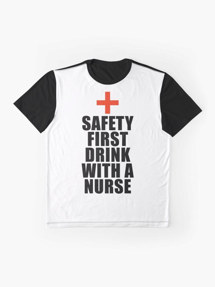 Sarkasmus Pflege Lustige Spruche Krankenschwester.Safety First Drink Mit Einer Krankenschwester Lustiges Zitat Lustiges Sprichwort Grafik T Shirt
