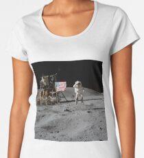 Camiseta premium de cuello ancho Astronauta y bandera estadounidense Apollo Moon Mission