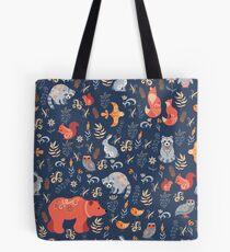 Märchenwald. Fox, Bär, Waschbär, Eulen, Hasen, Blumen und Kräuter auf blauem Grund. Tote Bag