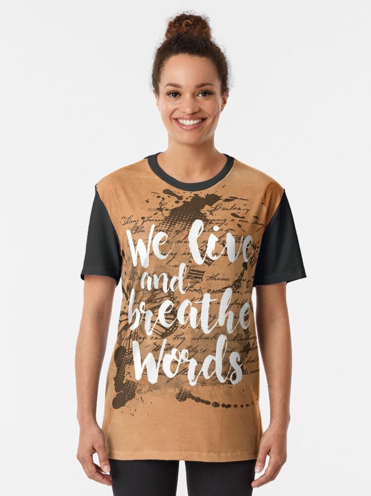 Vista alternativa de Camiseta gráfica We live and breathe words