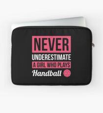 Funda para portátil Nunca subestimes a una chica que juega balonmano