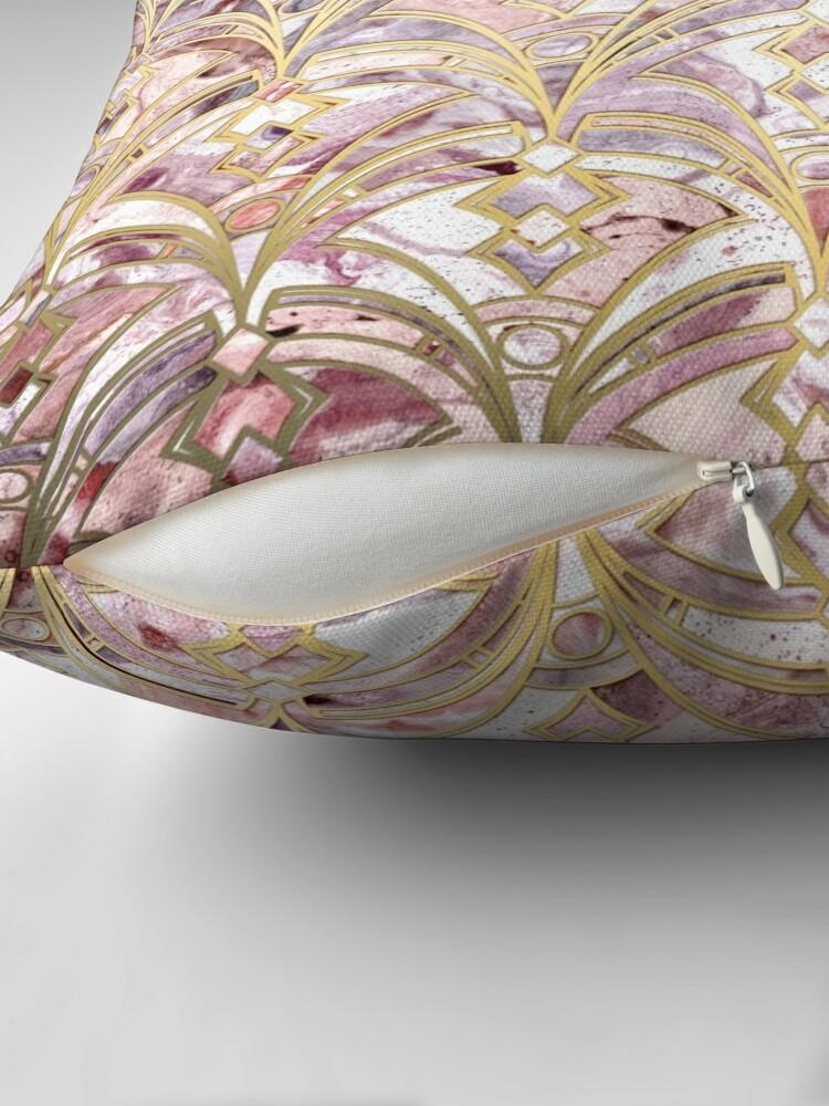 Alternative Ansicht von Dusty Rose und Korallen Art Deco Marmorierung Muster Dekokissen